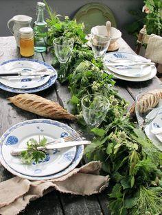 Duka med en romantisk tillbaka-till-naturen enkelhet. PROMENAD assiett, RÄTTVIK rödvinsglas, servetter av AINA metervara i linne, ARV skål.