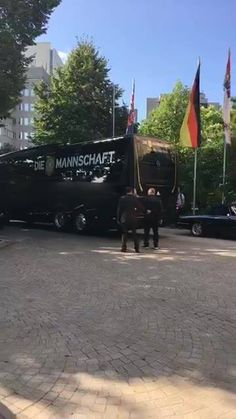 JETZT LIVE! Nach ihrem 48-Stunden-Urlaub müssen die Nationalspieler um Kapitän Julian Draxler bis 12 Uhr im Mannschaftshotel in Frankfurt einchecken. Wir sind vor Ort - stellt unseren Reportern eure Fragen zum DFB-Team