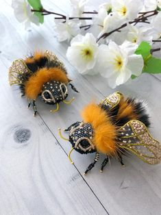 Bee beaded brooch pin Insect nature Jewelry bumble bee pin   Etsy Embroidery Flowers Pattern, Beaded Embroidery, Flower Patterns, Bee Brooch, Brooch Pin, Art Perle, Bee Gifts, Insect Jewelry, Bee Art