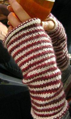"""© NotSoKnottyKnits Ein hübsches Muster, nicht schwer zu stricken (bis auf das Daumenloch, das würde ich eher so machen wenn du Anfänger bist!). Die kostenlose Anleitung gibts bei ravelry. © NotSoKnottyKnits Sie heißen """"Peppermint Petties"""". Süß. Das könnte Dich auch interessierenStrickanleitung für breiten Schal [...]"""