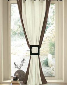 bandes verticales colorées sur rideaux clairs