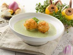 Für die Kressesuppe Zwiebel, Knoblauch und Erdäpfel schälen und in kleine Würfel schneiden. Im Olivenöl anbraten, mit Weißwein ablöschen, etwas