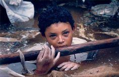 La niña de 12 años, Omayra Sanchez, atrapada entre los restos causados por la irrupción del volcán Nevado del Ruiz, en Armero, Colombia. La niña, después de 60 horas de lucha, perdería la consciencia y moriría.