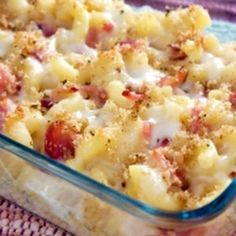 To me, the classic macaroni & cheese is the ultimate comfort food. Its creamy cheesy sauce and crunchy breadcrumb topping echo all things comfort and homeliness. Really, macaroni & cheese, is the food equivalent of Carbonara Recept, Macaroni And Cheese Bacon, Baked Macaroni, Mac And Cheese, Macaroni Casserole, Breakfast Casserole, Casserole Recipes, Heart Healthy Diet, Macaroni