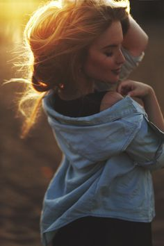 sun by on The perfect sunrise… Sonne vorbei … on :: Der perfekte Sonnenaufgang … Portrait Photography Poses, Photo Poses, Lifestyle Photography, Shooting Photo, Girl Poses, Golden Hour, Photoshoot, Beautiful, Gorgeous Hair