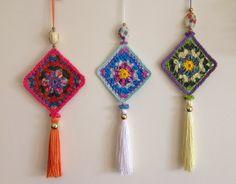 Agulhas e Pinceis: Pingente para trinco de porta ou armário , Knitting PatternsKnitting For KidsCrochet Hair StylesCrochet Scarf Crochet Squares, Crochet Motif, Crochet Flowers, Crochet Stitches, Knit Crochet, Crochet Keychain, Crochet Earrings, Knitting Patterns, Crochet Patterns