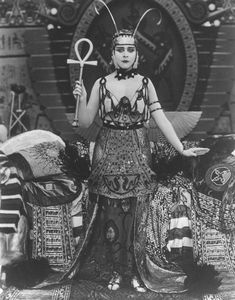 Theda Bara as Cleopatra Old Hollywood Glamour, Golden Age Of Hollywood, Vintage Hollywood, Classic Hollywood, Hollywood Poster, Cleopatra, Vintage Photos Women, Vintage Models, Beautiful Dark Art
