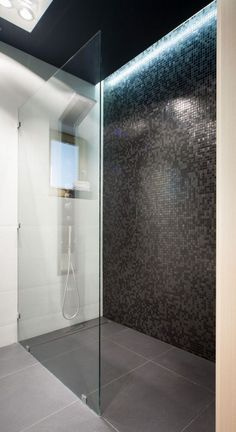 ebenerdige-dusche-badezimmer-schwarze-mosaikfliesen-led-deckenbeleuchtung