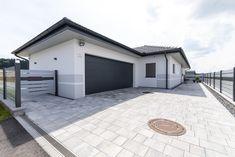 Diese angebaute Garage kann sowohl als Lagerraum als auch als Autoparkplatz verwendet werden. Ein HARTL HAUS Kundenhaus mit Walmdach. Garage Doors, Patio, Outdoor Decor, Home Decor, Houses, Storage Room, Hip Roof, Decoration Home, Room Decor