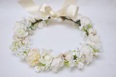 Coroa de flores ajustável com uma linda combinação de flores em tons de branco e off white. Linda!    Perfeita para noivas, madrinhas, daminhas, ensaios fotográficos, aniversários, etc.    Código B&M 1443
