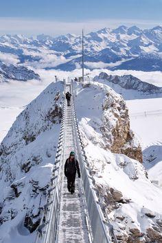 Peak Walk auf dem Glacier 3000... Oberhalb des Nobelortes Gstaad wurde der 100 Meter lange Peak Walk by Tissot auf Glacier 3000 eröffnet, die erste und