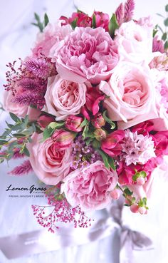 好多GARDEN ROSE 粉紅色庭院玫瑰,是這款花球的焦點。 花瓣與花瓣之間的 layer,是細緻的美,如果喜歡庭院玫瑰,喜歡的就是它綿密又細緻的花瓣漸層吧! 訂花的新娘子是 Tam Yi Ling,她喜歡花球主色:桃紅色、粉紅色,襯托出來好美!顏色粉粉嫩嫩帶點桃紅色點綴,這也是一款襯褂靚&襯婚紗靚的花球。 ---------------------------------------------- FRESH l BOUQUET l BRIDE flower bouquet for Tam Yi Ling www.facebook.com/LemongrassWedding