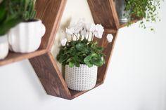 DIY Möbel – Wabenregal ganz leicht selbermachen! – TRYTRYTRY Diy Regal, Floating Shelves, Cabin Ideas, Tumblr, Home Decor, Room Wall Decor, Bricolage, Make Your Own, Creative