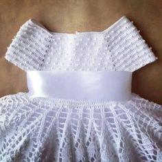 Oi gente,boa noite! Olhe que lindo esse vestido infantil que encontrei no Face! Não é trabalho meu e nem sei quem foi a artesã que o fez,i...