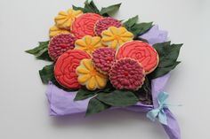 These sweet flowers are actually cookies! Cookie Bouquet, Custom Cookies, Cake Pops, Icing, Floral Wreath, Urban, Sweet, Creative, Flowers