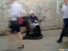 Pan Tadeusz grający przeważnie na Starym Rynku. Tym razem spotkaliśmy go w przejściu podziemnym Dworca Głównego.