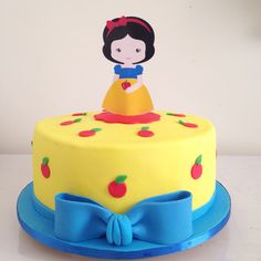Snow White cake Snow Cake, Snow White Cake, White Birthday Cakes, Snow White Birthday, Girl Cakes, Princess Birthday, Cute Cakes, Birthday Decorations, Cake Toppers