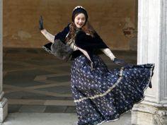 """La joven actriz estadunidense Dakota Fanning protagoniza un triángulo amoroso que sacudió a la Inglaterra victoriana. El primer papel adulto de la intérprete de 17 años, Effie, cuenta la historia de un matrimonio desastroso entre el crítico de arte del siglo XIX John Ruskin y su esposa adolescente Effie Gray.  La unión era un choque de opuestos que terminó cuando Effie se enamoró loca y escandalosamente del joven artista John Everett Millais.  """"Es el peor de los matrimonios malos"""", dijo Emma…"""