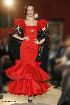 Traje de #gitana rojo. #manton lana negro estampado