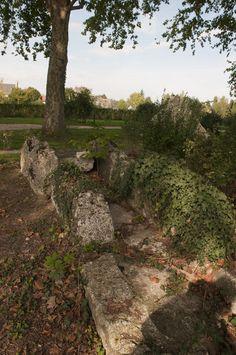Ville de Véretz - Patrimoine L'AQUEDUC GALLO-ROMAIN: les vestiges de l'aqueduc qui conduisaient l'eau de la source d'Athée-sur-Cher à Caesarodunum (Tours) sont visibles dans le parc du château ainsi qu'à l'entrée du terrain de camping.
