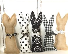 Add a touch of black and white to your Easter decor with our fabric harp set. These cute little rabbits lend a basket of Easter basket such a cuteness of cuteness or underline the spring decoration. Hoppy Easter, Easter Gift, Bunny Crafts, Easter Crafts, Easter Bunny Decorations, Easter Decor, Easter Pillows, Easter Fabric, Diy Ostern