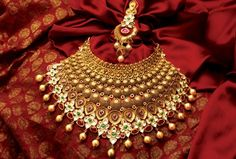 The largest collection of photographs of bridal gold jewellery designs. Find kundan gold designs, meenakari bridal gold and temple jewellery. India Jewelry, Temple Jewellery, Ethnic Jewelry, Bengali Jewellery, Indian Wedding Jewelry, Bridal Jewelry, Gold Jewellery Design, Gold Jewelry, Gold Necklace