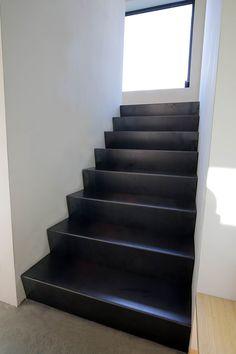 tôle pliée brute sur un escalier en bois