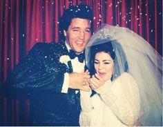 """1er Mai 1967, Las Vegas, Priscilla Beaulieu, tout juste 21 ans, épouse Elvis Presley. Elle porte une robe longue en mousseline de soie blanche avec des manches longues rebrodées de perles qu'elle a achetée dans une petite boutique de Las Vegas. Son voile de tulle est maintenu par une couronne de strass: un must lorsque l'on devient l'épouse du """"King""""!  * Jaimemarobe.com * Votre robe de mariée est précieuse."""