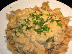 Poulet stroganoff au Thermomix, un délicieux plat familial de poulet crémeux avec une sauce onctueuse accompagné de champignons.