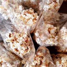 Popcorn + witte chocolade + discobolletjes
