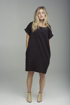 Sack dress by Horses Atelier. The sack dress that came out in the late was a precursor to the shift dress of the I am a fan of the sack dress because of the comfort and effortless look it provides. Minimalist Fashion, Everyday Fashion, Plus Size Fashion, Textiles, Street Style, Shirt Dress, Style Inspiration, Clothes For Women, Dressing
