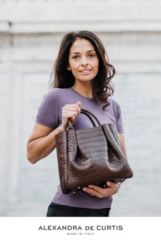 Are you looking for a designer leather handbag? Click through to check out the Amalfi Tote, handmade in Italy with smooth & lightweight Italian leather! Alexandra de Curtis #designerhandbag #leatherhandbag #italianhandbag
