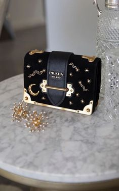 Find tips and tricks, amazing ideas for Prada handbags. Discover and try out new things about Prada handbags site Prada Bag, Prada Handbags, Fashion Handbags, Purses And Handbags, Fashion Bags, Prada Clutch, Runway Fashion, Prada Wallet, Handbags Online