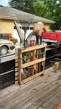 Shed DIY - Shed Plans - Rangement doutils de jardin en palette Now You Can Build ANY Shed In A Weekend Even If Youve Zero Woodworking Experience! Now You Can Build ANY Shed In A Weekend Even If You've Zero Woodworking Experience!Build a shed on a weekend Pallet Crafts, Diy Pallet Projects, Woodworking Projects Diy, Pallet Tool, Backyard Pallet Ideas, Woodworking Tools, Wood Projects, Pallet Building, Building A Shed