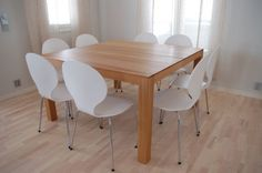 Neliönmuotoinen ruokapöytä