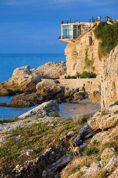 El balcón de Europa es uno de los principales atractivos de la bella población de Nerja, en la costa del sol oriental.