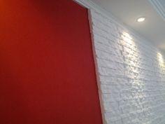 Efeito de parede Camurça na cor Vermelho Paixão, com o efeito de parede Pedra Canjiquinha na cor Branco snow...gostou, que tal em seu projeto???