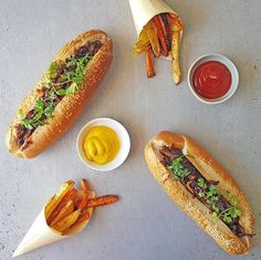 Recipe for Gourmet Boerie Rolls with caramelised onions Ingredients 4 carrots – peel 2 potatoes – peel 6 boerewors sausages 3 onions – peel & slice thinly tsp sugar […] Healthy Family Meals, Healthy Snacks, Caramelised Onions, Carrot Chips, Toast In The Oven, Pub Food, Food Stall, Peeling Potatoes, Rolls Recipe