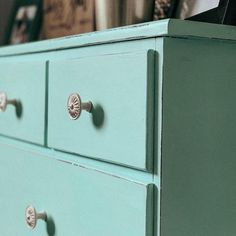 Hey, dresser! Chalked in Turquoise looks good on you 😍 homesmythhome has officially perfected the distressed look 👌 . #RustoleumCAN #Chalked #ChalkedPaint #ChalkedPaintedFurniture #Upcycle #BedroomDecor #Dresser #DresserMakeover #DIY #DIYProject Chalk Paint Dresser, Peaceful Places, Door Handles, Upcycle, Bedroom Decor, Diy Projects, Turquoise, Painting, Upcycling