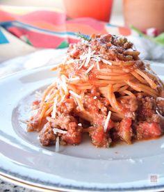Τα πιο υγιεινά μακαρόνια με κιμά, φτιαγμένα με σπαγγέτι κόκκινης φακής και γρήγορο ραγού είναι εξίσου νόστιμα με τα καλύτερα κλασικά. Έχουν πλούσια γεύση, υψηλή θρεπτική αξία, διπλάσια πρωτεΐνη, λιγότερους υδατάνθρακες και είναι για όλους. Spaghetti, Pasta, Ethnic Recipes, Food, Essen, Meals, Yemek, Noodle, Eten