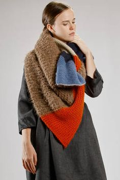 DANIELA GREGIS at Milan Fashion Week - wide scarf of garter stitch wool knitting in squares of five differs colors and processing Bobble Crochet, Diy Crochet And Knitting, Chunky Crochet, Crochet Cardigan, Textiles, Diy Crochet Bikini, Big Knits, How To Wear Scarves, Garter Stitch
