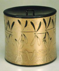 Taguchi Yoshikuni Mizukagami maki-e mizusashi (Fresh-water jar for the tea ceremony with sprinkled picture decoration of mayflies) A polished picture technique called togikiri-maki-e has been used with masterful precision to capture the momentary shimmering of mayflies flying over sunlit water.
