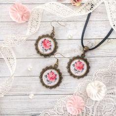 """Купить """"Комплект с винтажной розой"""" - кулон на шнуре, кулон с розой, винтажная подвеска, винтажная роза"""