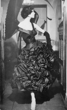 Suzy Parker pour Pertegaz, 1954.    Photo by Henry Clarke.