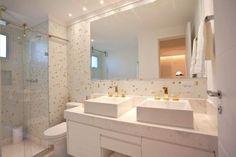 banheiro branco e dourado