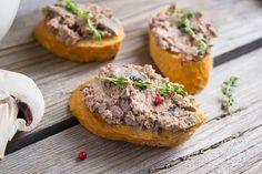 Nu il mai cumpara, ca are mai multe E-uri decat un dictionar! Uite cat de usor e sa prepari pate vegetal de ciuperci acasa, o reteta de post mult mai sanatoasa decat ce gasesti in comert. Unde mai pui ca e gata in 15 minute? Skinny Recipes, Skinny Meals, Raw Vegan, Food Inspiration, Baked Potato, Spreads, Tapas, Side Dishes, Vegetarian Recipes
