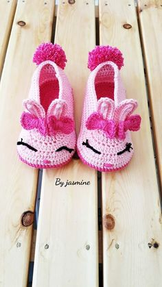 Knitted Rabbit Booties Model Knitted rabbit booties model Always wanted to be able to knit, however unsure how t. Crochet Girls, Crochet Baby Booties, Crochet Slippers, Free Crochet, Beginning Crochet, Knitting Baby Girl, Baby Ballet, Baby Slippers, Crochet Stitches Patterns