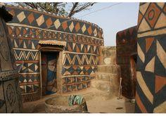 Le village de Tiébélé surprend avec ses maisons décorées de fresques et de motifs géométriques. Ici, chaque habitation est une oeuvre d'art.