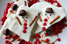 This Melted Snowman Chocolate Bark is incredibly easy to make and would be a great activity to do with kids. The bark is also a nice alternative for Christmas Cookie Swaps! Easy Holiday Desserts, Easy Christmas Cookie Recipes, Christmas Desserts, Christmas Treats, Holiday Treats, Christmas Cookies, Holiday Recipes, Christmas Foods, Christmas Appetizers