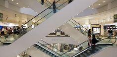 V&D maakte maandag bekend fors in zijn kosten te snijden door personeel te ontslaan, lonen te verlagen en huurcontracten open te breken. Tegelijkertijd werd John van der Ent van Etam Groep benoemd tot ceo. De maatregelen leidden ook op RetailWatching tot de nodige discussie over de te varen koers van de warenhuisketen. Waar liggen de kansen van V&D?